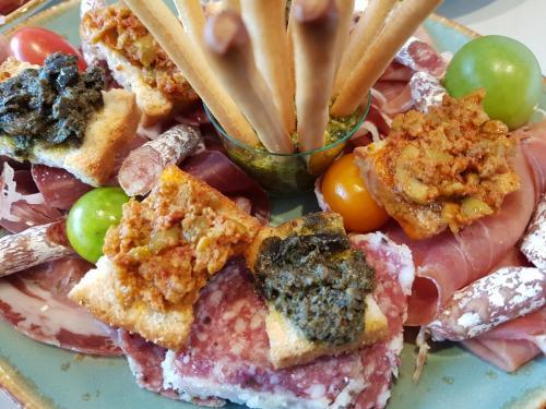 bordje-tapas-tapenade-olijven-croustini-kerstomaten-gedroogd-vlees-peper-olijfstokje